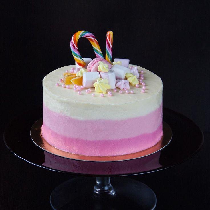 """Velmi hezky dort pro dítě. Uvnitř dort """"Kolibřík"""" s ananasem a vlašskými ořechy.  Очень милый торт для очень милой малышки. Внутри торт """"Колибри"""" с кусочками ананаса и грецкими орешками.  #dortynazakazku #happybirthday#narozeniny #narozeninovydort #biskvit #dortpoděbrady #dortprodĕti #čokoláda #crem #pečení #cukroví #sweetcakes #czech #czechrepublic #podebrady #praha #nymburk #kolin"""