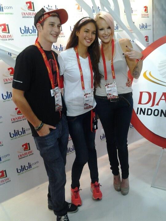 Mike Lewis, Nadine Chandrawinata en Emma Hewitt pose.. cheeeeseeeeee