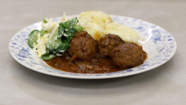 Eén - Dagelijkse kost - gehaktballen in stout met veldsla, witloof en aardappelen