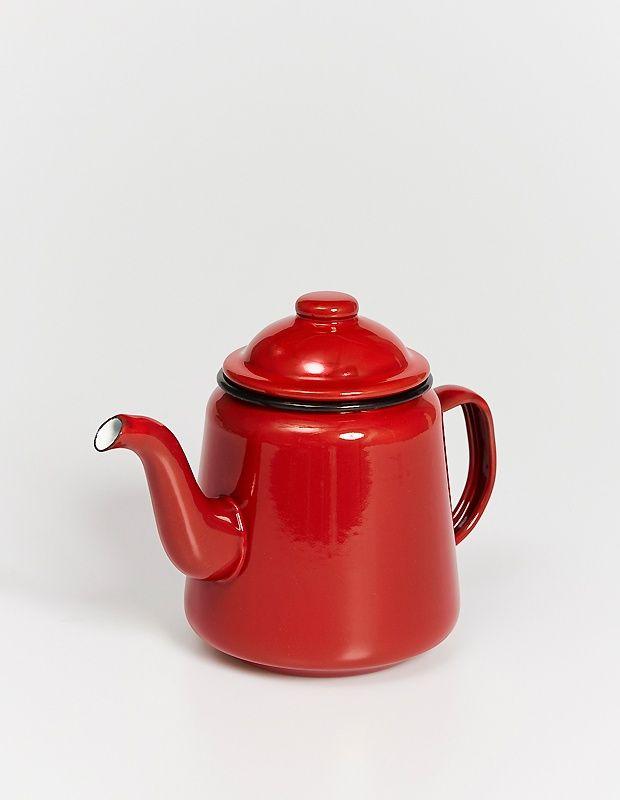 Эмалированный чайник Falcon красного цвета. Верный помощник для чаепития с друзьями, отличное украшение кухни и инстаграма. Стандартная версия — без фирменного логотипа Falcon.  Высота — 16 сантиметров Объем — 1000 миллилитров
