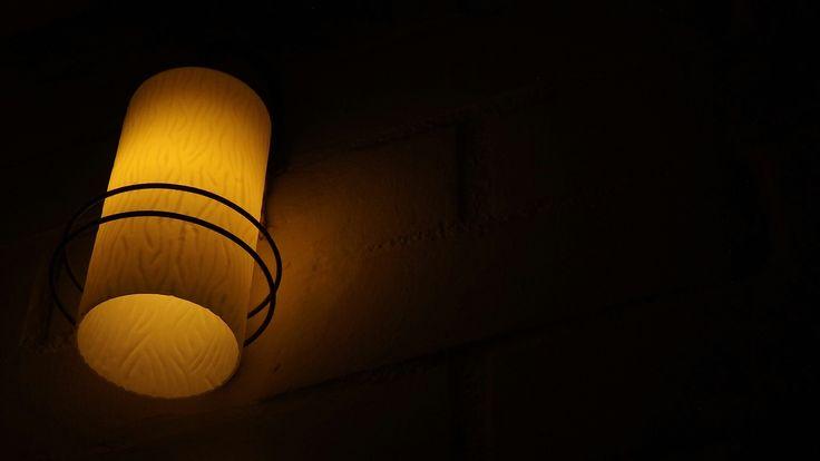 El niño que solo estaba en soledad lloraba por que estaba viendo luz en la oscuridad
