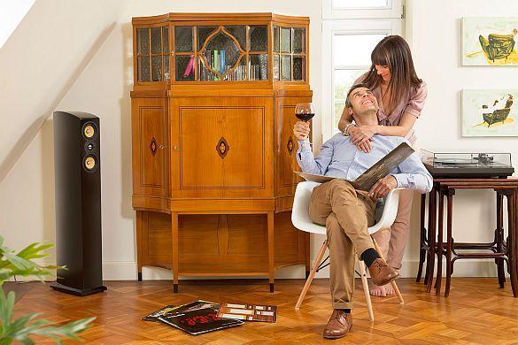 Echt oder Kopie: Antike Möbel richtig einschätzen. Vorsicht vor falschen Flohmarktschnäppchen. Erfahrene Antiquitätenhändler restaurieren alte Möbelstücke, wie den abgebildeten Art-déco-Vitrinenschrank (um 1915), fachgerecht und können...