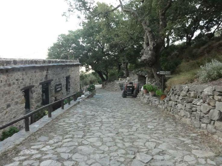 Het enige restaurant in Milia (dorpje zonder water, elektriciteit en gas)