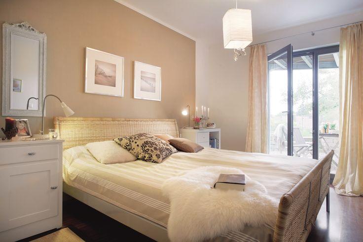 Das Schlafzimmer in Erdtönen und einem Rattanbett, hier entspannt man doch gerne.