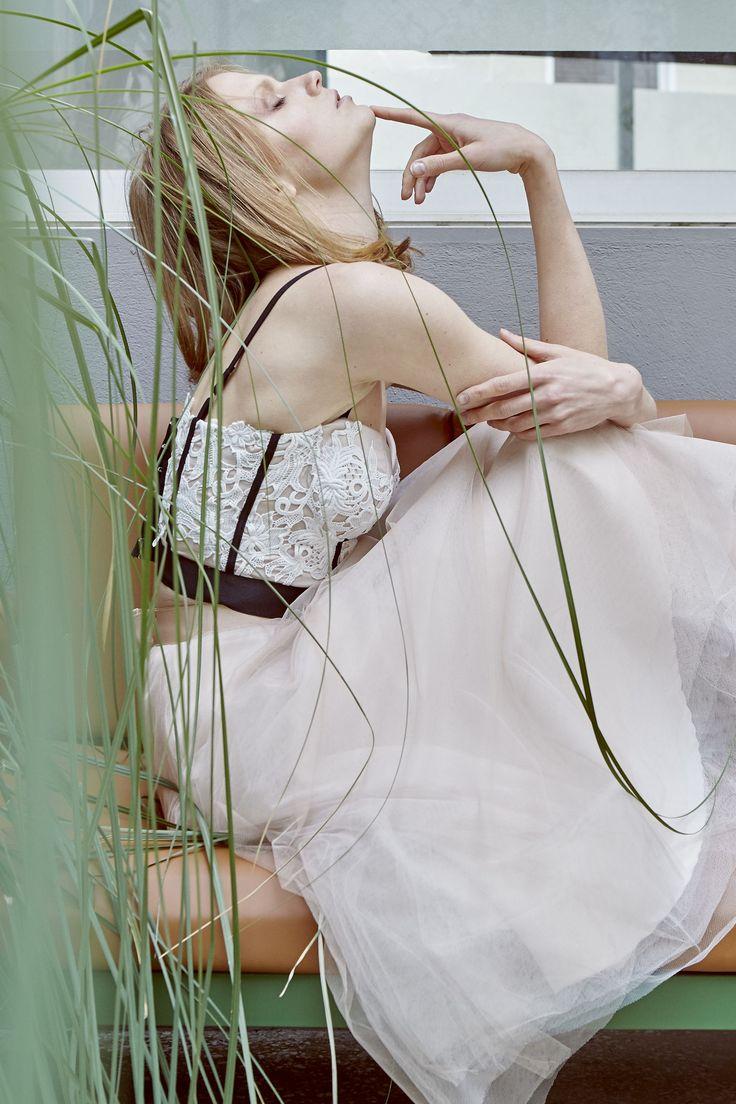 Μπούστο από λευκή βαμβακερή δαντέλα με μαύρες λεπτομέρειες και μίντι φούστα tutu. Summer dream by Lilian Xydia