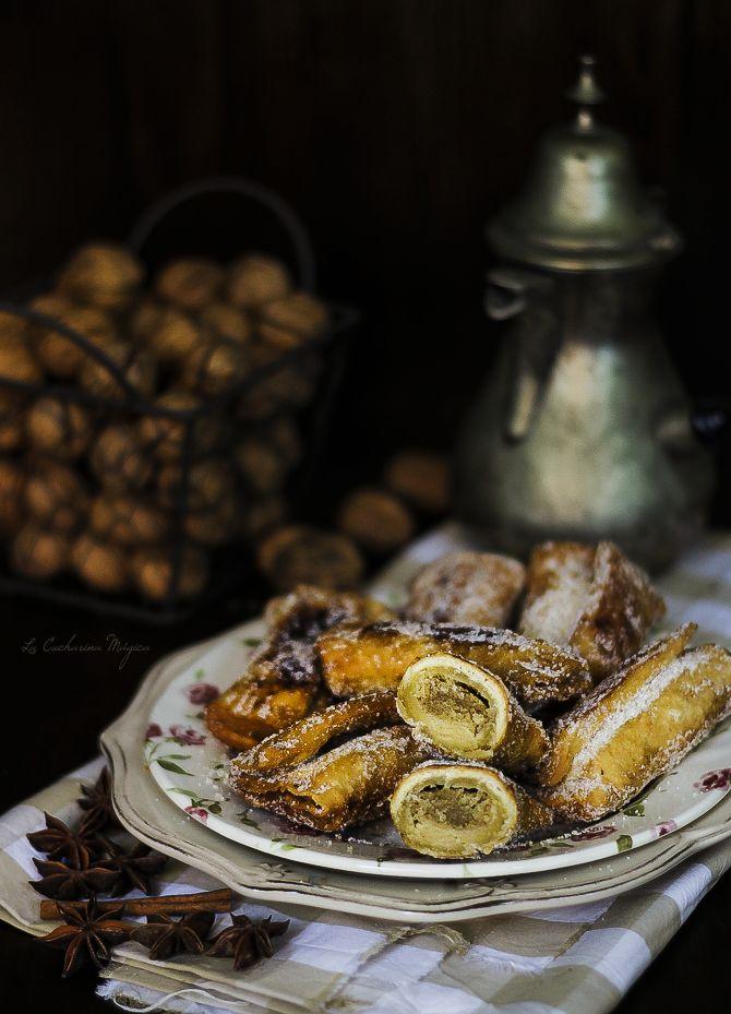 Casadielles Asturianas. La Cucharina Mágica. Las casadielles asturianas son una especie de empanadilla dulce rellena de nuez, azúcar y anís. Son, junto con el arroz con leche y los frixuelos, los postres más típicos y conocidos de Asturias.