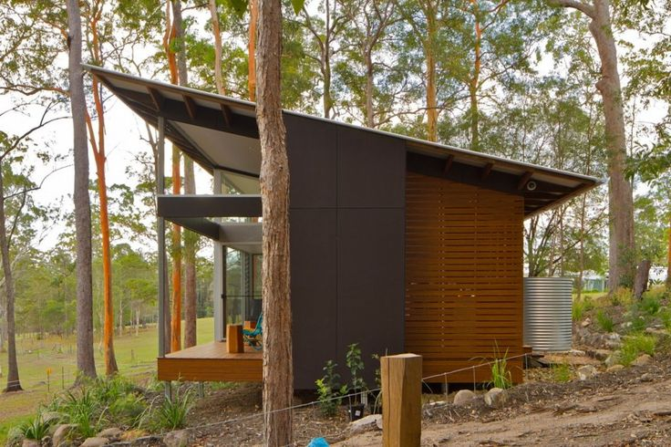 Robinson Architects recently completed the Wallaby Lane house and studio on the Sunshine Coast of Queensland, Australia