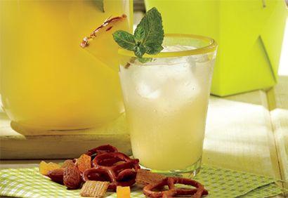 Nectar à l'eau de coco Ingrédients : 1,25 L d'eau de noix de coco non sucrée 500 ml de jus d'ananas non sucré, quartiers d'ananas frais, brins de menthe fraîche Préparation : 1. Dans un pichet, mélanger l'eau de noix de coco et le jus d'ananas. (Vous pouvez préparer le mélange de jus à l'avance et le mettre dans un contenant hermétique. Il se conservera jusqu'à 1 semaine au réfrigérateur.) 2. Au moment de servir, garnir chaque verre d'un quartier d'ananas et d'un brin de menthe.