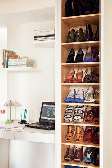 O corredor largo entre os quartos permitiu criar esta sapateira, feita pela AK Design. Em cada prateleira cabem dois pares