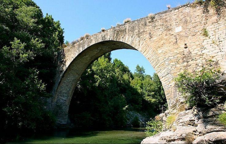 Corsica - Ponts Genois - Le Pont génois appelé Ponte Regolo sur le Tavignano en (Haute Corse-Corté), se situe sur la commune de Poggio-di-Venaco, à une petite dizaine de kilomètres de Corté. érigé en mémoire de l'illustre médecin Régulus Carlotti qui a sauvé la Corse du paludisme.Ce pont  La construction de ce pont a été achevée en 1860.