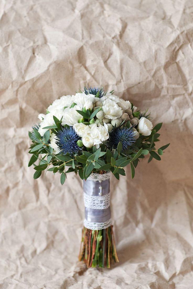 Букет невесты в бело-серо-голубых тонах. Собран из белой гвоздики, голубого…