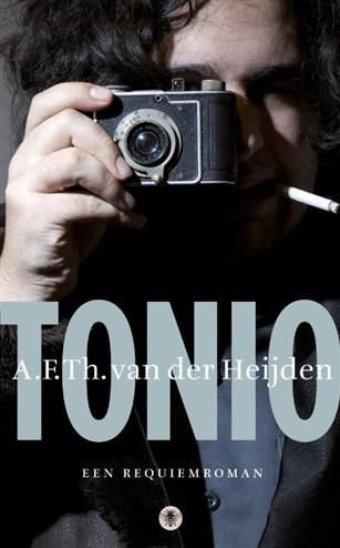 Tonio  Description: Op de Eerste Pinksterdag van 2010 komt Tonio van der Heijden het enig kind van A.F.Th. van der Heijden en Mirjam Rotenstreich bij een verkeersongeval om het leven. Het is vroeg in de ochtend als hij ter hoogte van het Vondelpark in het centrum van Amsterdam wordt geschept door een auto. Hij wordt in kritieke toestand naar het Academisch Medisch Centrum vervoerd waar hij diezelfde dag aan zijn verwondingen overlijdt. Tonio zal niet ouder worden dan 21 jaar. A.F.Th. van der…