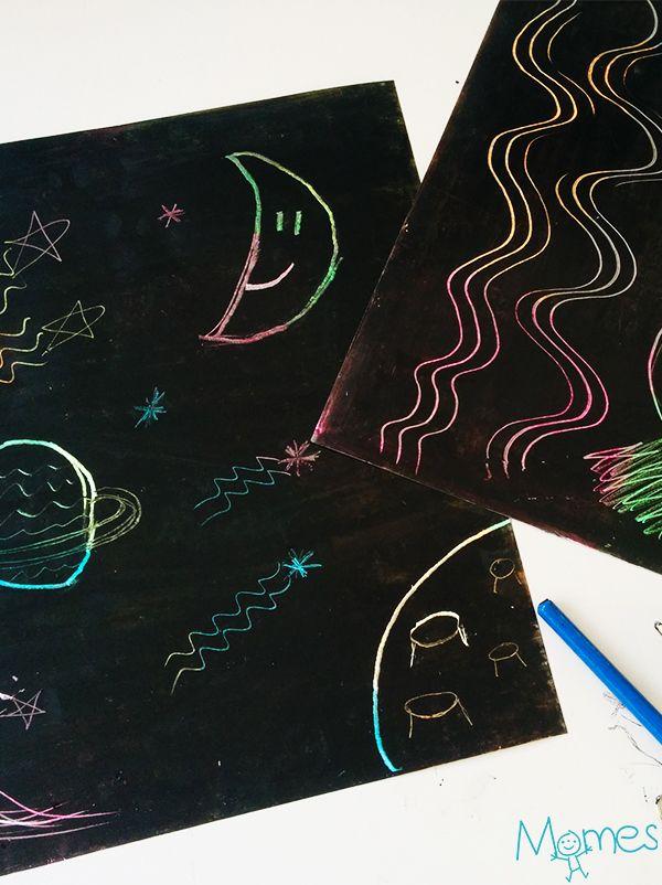 Peut-être avez-vous déjà utilisé des cartes dessins à gratter ? Ce sont ces feuilles colorées recouvertes d'une peinture noire. L'enfant doit gratter cette première couche pour faire apparaître son dessin qui s'illumine aux couleurs cachées sous la couche noire. Et bien c'est hyper facile à faire soi-même ! Et même mieux, la conception des cartes dessins à gratter est déjà un atelier amusant en soi ! Il ne faut que très peu de matériel, que vous avez déjà surement dans vos étagères !