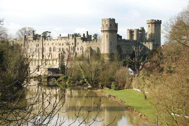 Exterior of Warwick Castle from across the river Avon. Castillo de Warwick 2