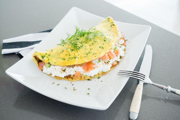 Eine wahre Eiweißbombe zum Frühstück mit einem leckeren Rezept für ein Kräuteromelett mit Körniger Frischkäse - Lachs Füllung.