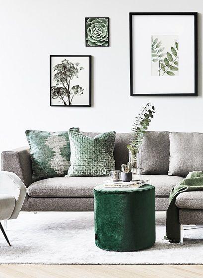 Der Samt-Hocker Sara ist DER Eye-Catcher für Dein Wohnzimmer! Egal ob als Beistelltisch für Zeitschriften & Co. oder als Sitzgelegenheit für Gäste: dieser Hocker sorgt für Gemütlichkeit und Style in Deinem Wohnzimmer. // Wohnzimmer Grün Green Samt Velvet Sofa