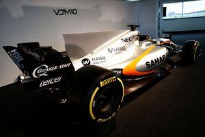 Em termos de design o novo carro possui o mesmo nariz em forma de ponta de polegar e a barbatana de tubarão