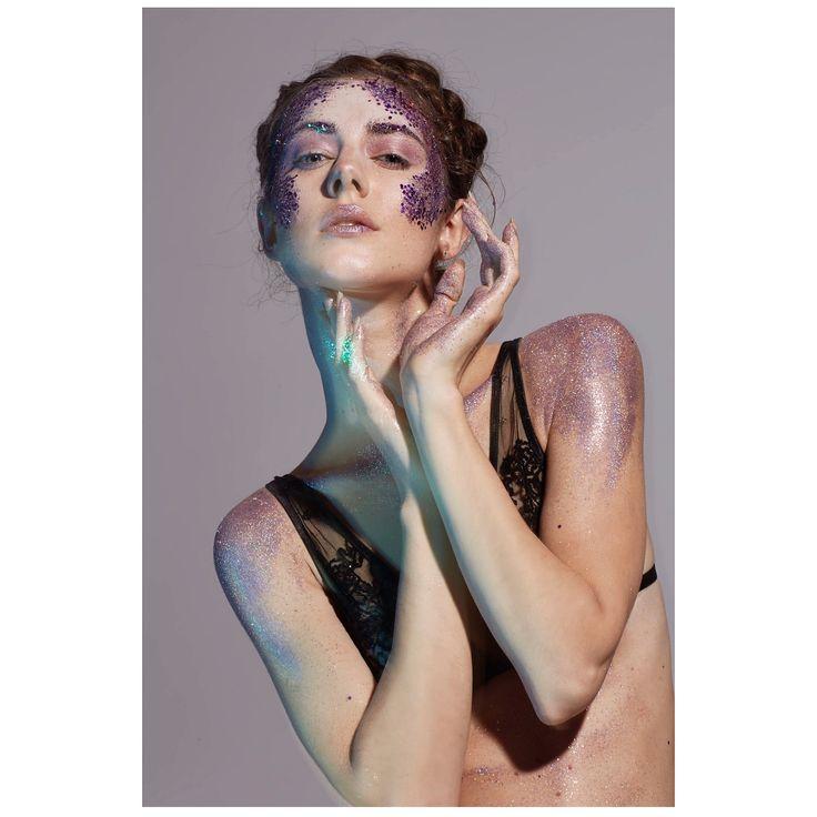 """Mi piace"": 57, commenti: 3 - Aikaterine.Kaya.Mua (@aikaterine.kaya.mua) su Instagram: ""All about body contour | extreme || #makeupbykkagia #makeup #mua #mualife #glitter #glittermakeup…"""