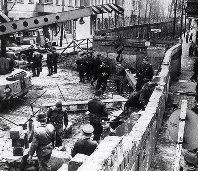 Berlin Duvarı'nın inşası, 1961.