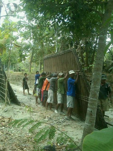 [BUDAYA] Gotong royong bangun rumah langka utk kota besar, masih ada di daerah pedesaan #Indonesia http://yfrog.com/h420494051j  (@ariefwick)