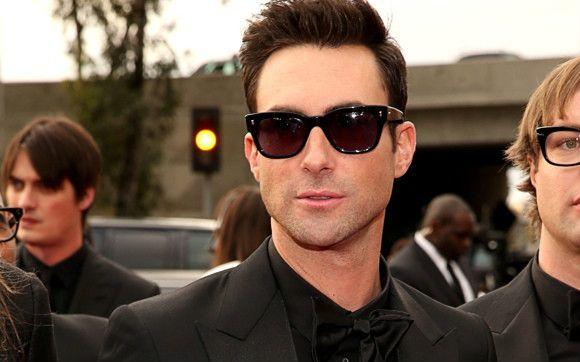 Adam Levine, o vocalista do Maroon 5, apareceu no Grammy de óculos escuros e barba feita! Dá para resistir? *-*   Top 5 – Os mais gatos do Grammy Awards 2013! - Top 5 - CAPRICHO
