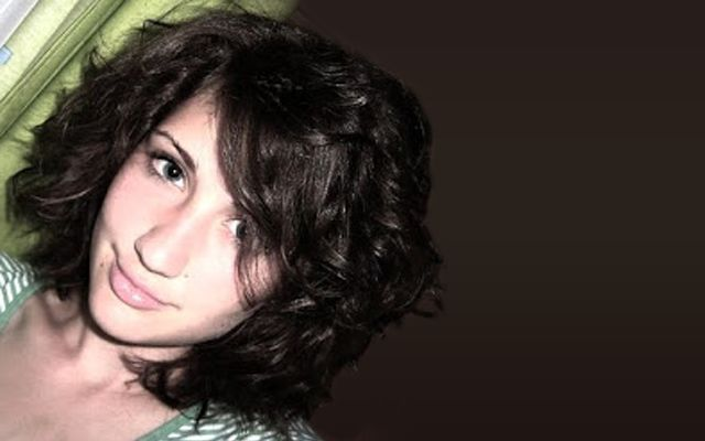 """Lábas Viki vagyok, 22 éves balatoni lány a nagy Budapesten. Hat éves koromban kezdtem el zenét tanulni, klasszikus klarinétoztam tíz évig . Megfordultam fuvós zenekarokban és kórusokban. Majd egy """"gimis rock"""" zenekarral meg akartuk váltani a világot. Tizenkilenc évesen lehetőséget kaptam a Ghymes együttes vokalistájaként tanulni és szerepelni. Életem legnagyobb …"""