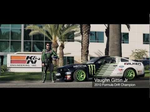Course de drift : Mustang contre voiture RC !