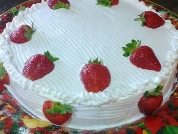 Receita de Bolo de morango ótimo para aniversário