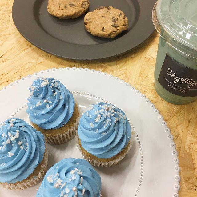 スカイハイジューバー @skyhighjuice から編集部にグルテンフリースイーツの差し入れしっとり食感のマフィンとスムージーはオーガニック認証取得スピルリナの青い色素フィコシアニン入りオーツ麦で作った #ロークッキー も優しいおいしさでいくら食べても罪悪感ゼロ #ellejapan #elleonline #ELLE #エディターのおやつ #skyhigh #リナブルーマフィン #オーガニック #smoothie #bluemagic #glutenfree #グルテンフリー #白砂糖不使用  via ELLE JAPAN MAGAZINE OFFICIAL INSTAGRAM - Fashion Campaigns  Haute Couture  Advertising  Editorial Photography  Magazine Cover Designs  Supermodels  Runway Models