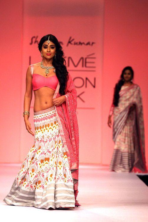 Star di Bollywood, abiti sontuosi, gioielli scintillanti: la Lakme Fashion Week che si svolge a Mumbai, in India, sembra uscita da un libro di fiabe. Tra gli