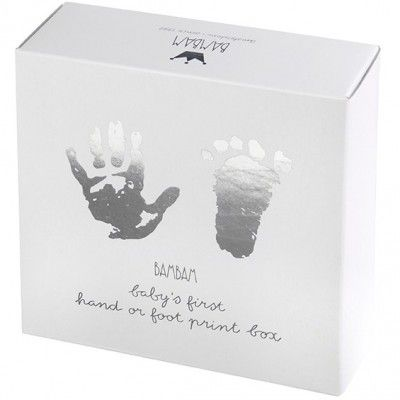 Avec cette très jolie boîte d'empreintes BAMBAM vous créez avec votre enfant une empreinte précise de sa main ou de son pied à réaliser dans une boîte métal. Simple à réaliser, cette empreinte est un souvenir personnalisé qui restera toujours un moment unique pour vous, votre enfant, et vos proches.
