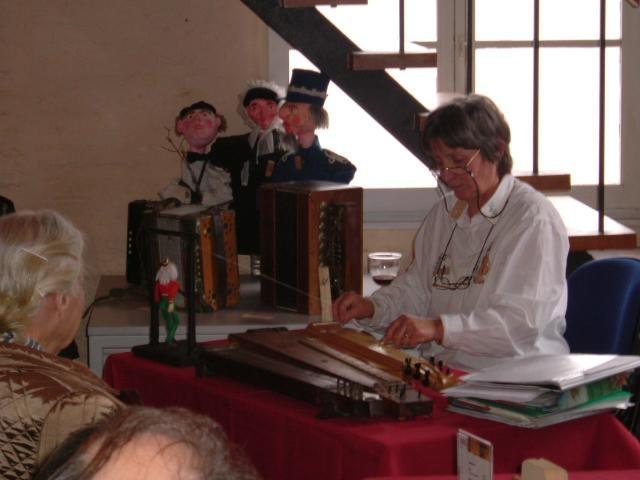 tentoonstellin Erfgoeddag 2005 - Demonstratie met de hommel door Monique De Jaeger - het gevaar van het verdwijnen van de volksmuziek en oude instrumenten
