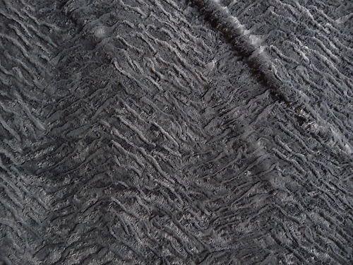 Schöner weicher Pelz aus Polyester. Der Stoff ist von leichter Qualität und angenehm auf der Haut.Der Pelz ist in edlem grau. Teilweise liegen die Haare an und teilweise stehen die Haare ab.Wodurch der Kunst Pelz eine lebendige und natürliche Optik erhält.Die Unterseite von dem Kunst Pelz ist gestrickt. Der Stoff ist 1,54 m breit und es sind noch 10 m vorhanden.Es lassen sich Röcke, Kleider, Hosen, Decken, Jacken, Westen, Taschen, Kissen und vieles mehr daraus herstellen.