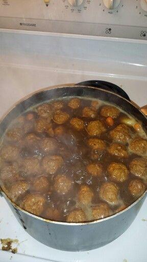 Ragout de boulettes de porc haché mélangé avec oeufs et chapelure maison. Patates et carottes. Sauce maison.