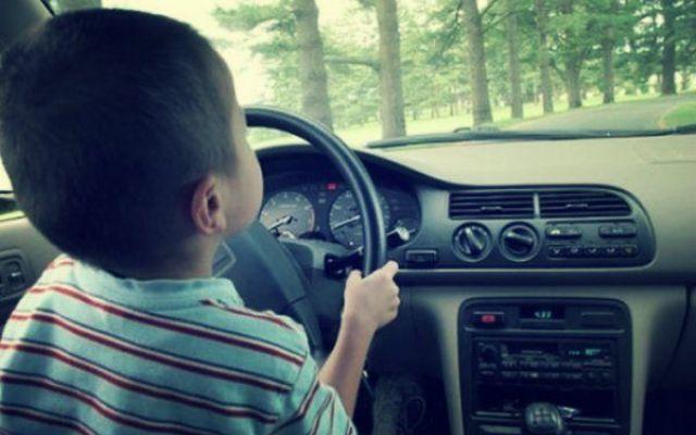 E' troppo ubriaco per guidare: cede il volante a un bimbo di 7 anni