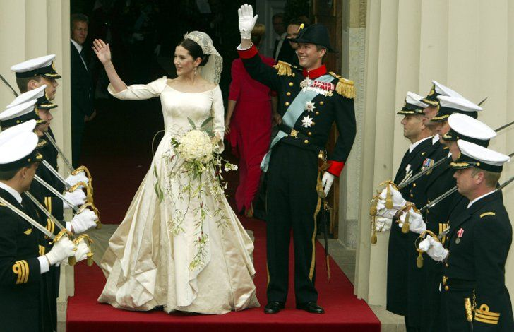 Pin for Later: Ça Porte Quoi une Princesse Pour Son Mariage? Mary, Princesse du Danemark, 2004 Mary Donaldson a épousé le Prince Frederik dans une robe créée par le designer danois Uffe Frank.
