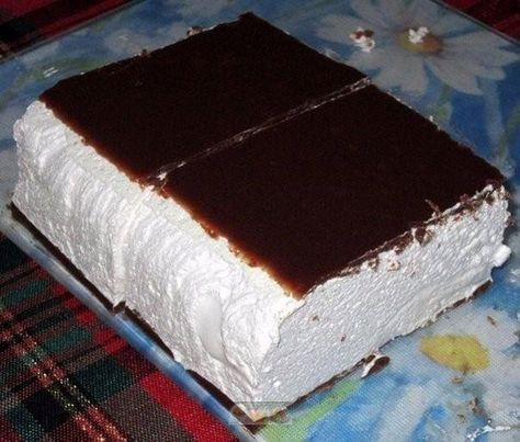 Această prăjitură fină este absolut fantastică! O combinație mai bună nici că se poate – sufleu aerat și glazură de ciocolată. INGREDIENTE: Pentru prăjitură: -16 gr de gelatină; -1 pahar de lapte (250 ml); -1 pahar de zahăr (200 gr); -450 gr de smântână fermentată; -450 gr de frișcă rece lichidă; -ulei – de uns forma. Pentru glazură: -5 linguri de cacao; -5 linguri de zahăr; -8 gr de gelatină; -5 linguri de lapte; -1 pahar de apă rece (250 ml). MOD DE PREPARARE: 1.Într-o cratiță, combinați…