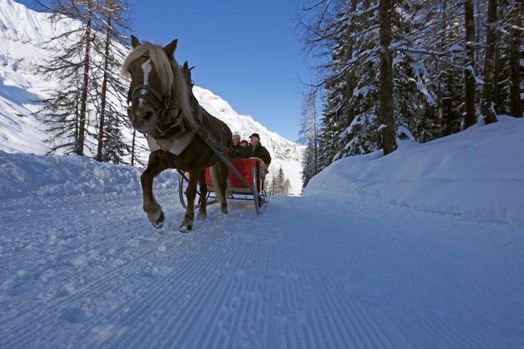 Romantische Schlittenfahrten in Pfelders im Passeiertal gehören zu den Highlights im Winter. Das Tal liegt in der Nähe von Meran und ist somit perfekt für einen Winterausflug in Südtirol.