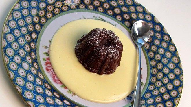 teveel aan bloem eraf. Smelt de chocolade met boter au bain-marie. Haal de gesmolten chocolade van het vuur en laat een beetje afkoelen. Klop de eieren met...