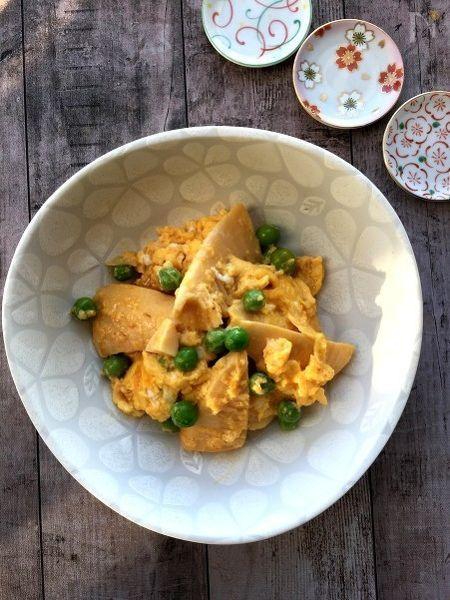 たけのこを食べやすい大きさに切ってからゴマ油で炒め味噌を加えグリンピースと卵でふんわり仕上げました。