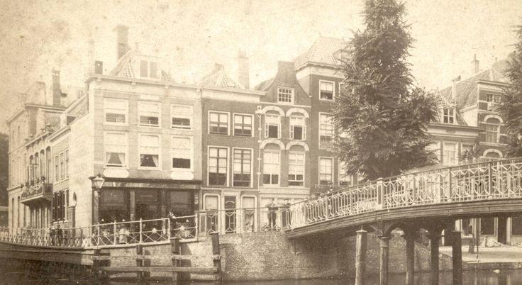 De hoek van het Gangetje en de Botermarkt, gezien vanaf de nieuwe Rijn. Rechts de Karnemelksbrug (ca. 1885).