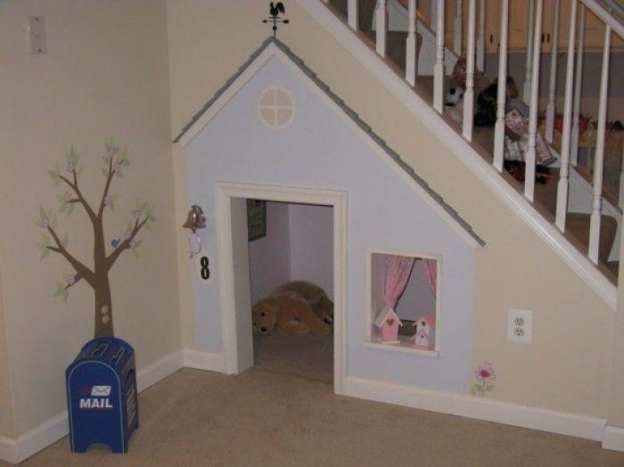 Een eigen huisje voor de hond onder de trap.