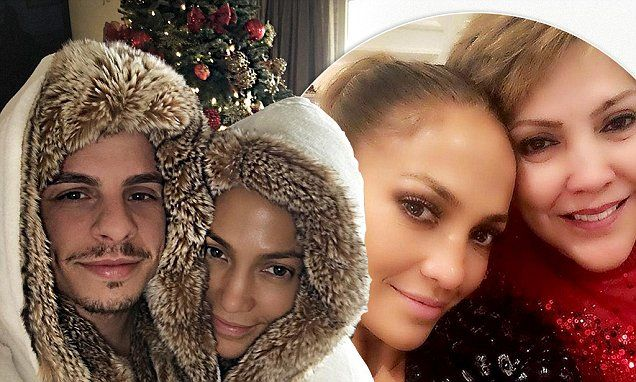 Jennifer Lopez shares Christmas selfies with her mother andtoyboy