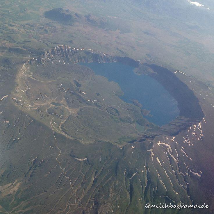 Nemrut Krater Gölü, dünyanın ikinci, Türkiye'nin en büyük krater gölü olup, adını M.Ö. 2100'de yaşamış Babil Hükümdarı Nemrut'tan almıştır. Nemrut Gölü, Van Gölü havzasının batısında, Bitlis ilinin Tatvan, Ahlat ve Güroymak ilçeleri arasında yer alır. #like4like #look #instalike #igers #picoftheday #food #instadaily #instafollow #followme #girl #iphoneonly #instagood #bestoftheday #instacool #instago #all_shots #follow #webstagram #colorful #style #swag