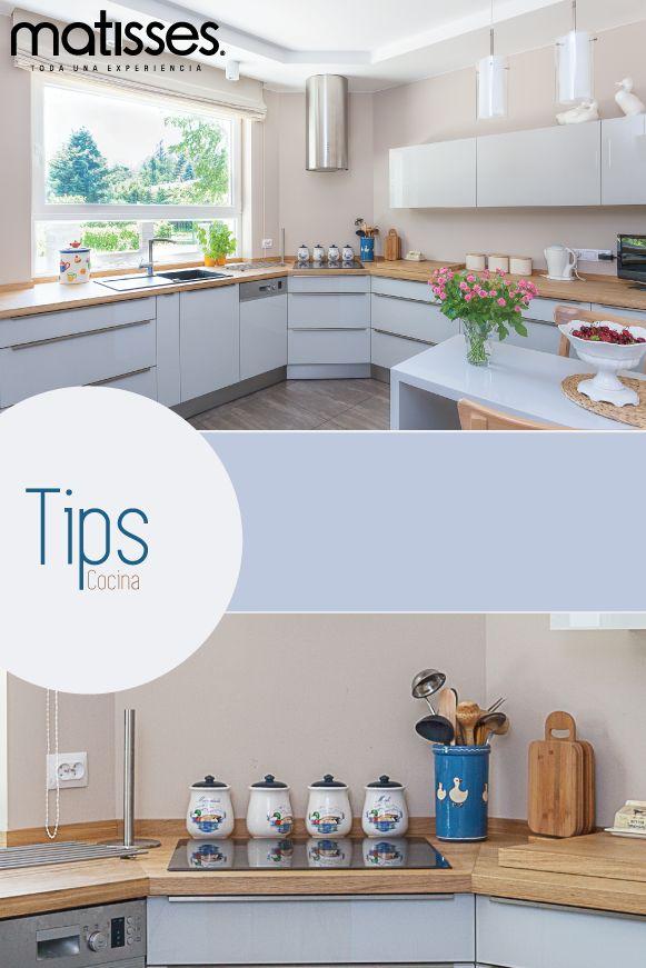 Las cocinas blancas con reposteros en madera natural son el diseño indicado para hogares con estilo contemporáneo, pues evocan calidez y frescura