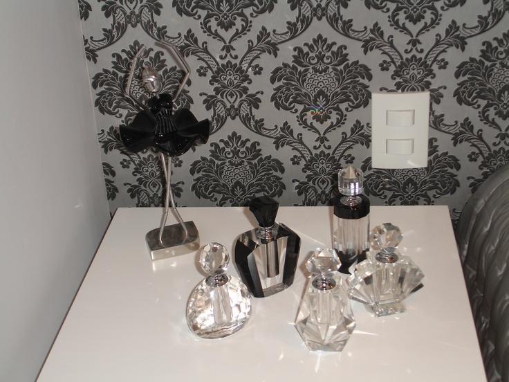 Vidros de perfumes enfeitam bancada dando um ar sofisticado ao ambiente.