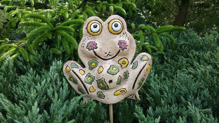 Žába zahradní Keramická dekorace do zahrady a velkých květináčů. Zápich na bambusové tyči. Dodávám bez tyče, ale na požádání, vám ráda vyhovím a bambusovou tyč pošlu. Velikost: v-cca 17* 18 cm, tlouštka cca 12 mm. Vyrobeno s láskou.