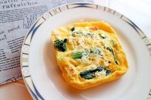 楽天が運営する楽天レシピ。ユーザーさんが投稿した「オムレツやキッシュより簡単!レンジでカラフル卵焼き」のレシピページです。朝ご飯に簡単!フライパンを使わないので油を使わず、後片付けも簡単。野菜入りでヘルシー!お弁当おかずにもピッタリなカラフル卵料理。。レンジでカラフル卵焼き。卵,ピザ用チーズ(シュレッドチーズ),ミックスペッパー(お持ちのコショウで可),冷凍のほうれん草,ミニトマト,マヨネーズ