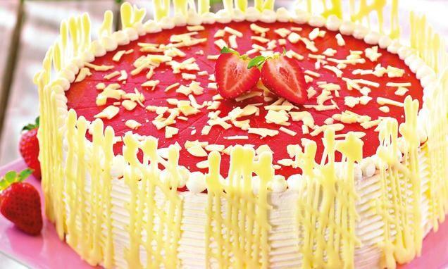 Holler-Torte                              -                                  Eine festliche Torte mit Erdbeeren und Holunderblüten-Sirup für den Sommer