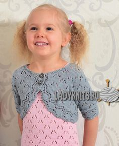 Вязаное спицами ажурное болеро для девочки
